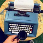 máquina de escrever e café